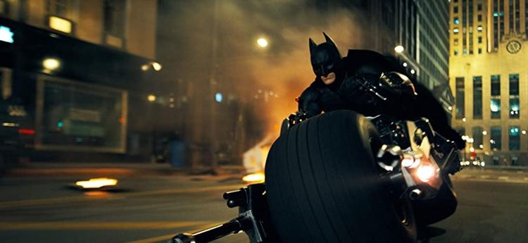 Batman sobre su moto